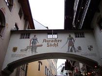 """Gassenbrücke mit Gaststube vom Weinhaus """"Auracher Löchl"""" in Kufstein, Römerhofgasse 4. © Johann G. Mairhofer 2013. Inv.-Nr. 1DSC05901"""