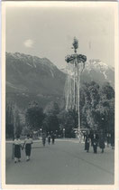 "Kurz nach dem ""Anschluss"" an das III. Reich aufgestellter Maibaum am Rennweg in Innsbruck. Gelatinesilberabzug 9x14cm; Anonymus/-a 1938. Inv-Nr. vu914gs00207"