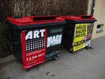 Altpapiercontainer mit Ankündigungsplakaten in Innsbruck. Digitalphoto; (c) Johann G. Mairhofer 2011.  Inv.-Nr. DSC01296