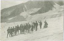 Alpinisten einer alpinen Gesellschaft aus Hall in Tirol auf einer Gletscherbegehung. Gelatinesilberabzug 9 x 14 cm; ohne Impressum, um 1905.  Inv.-Nr. vu914gs00726