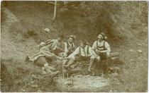 Wandergruppe einer alpinen Gesellschaft aus Hall in Tirol bei einer Rast. Gelatinesilberabzug (Auskopierpapier) 9 x 14 cm; ohne Impressum, um 1900.  Inv.-Nr. vu914gs00728