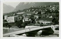Universitätsbrücke und Hauptschule (heute Neue Mittelschule), errichtet 1930-1931 bzw. 1929-1931 jeweils nach Plänen von Arch. Franz Baumann in Hötting, Fürstenweg 13. Gelatinesilberabzug 9 x 14 cm ohne Impressum um 1940.  Inv.-Nr. vu914gs00245
