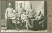 Offiziere (der Reserve ?) vor Ausrückung an die Südfront. Albuminabzug auf Untersatzkarton ca.10 x 17 cm (Cabinetformat); Julius Schär, Innsbruck um 1915.  Inv.-Nr. vuCAB-00021