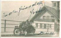 Motorradreisender an unbez. Ort (Aufnahme durch Sozius/-a oder Selbstauslöser). Gelatinesilberabzug 9 x 14 cm, datiert 1936.  Inv.-Nr.  vu914gs00066
