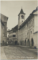 Das 1911 eröffnete K(aiserlich österreichisch). K(öniglich böhmische). Postamt in der Altstadt von Hall in Tirol, Krippgasse 7. Gelatinesilberabzug 9 x 14 cm; Impressum: A(lfred). Stockhammer, Hall in Tirol 1912.  Inv.-Nr. vu914gs01242