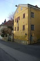 Verbindungshaus der 1868 gegründeten pflichtschlagenden Akademischen Burschenschaft Suevia in Hötting (1938 nach Innsbruck eingemeindet worden), Höttinger Gasse 27. Digitalphoto; © Johann G. Mairhofer 2014.  Inv.-Nr. 2DSC01930