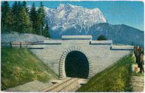 Westportal vom Lermoos-Tunnel der Ausserfernbahn gegen die Zugspitze (2.964m) im Wettersteingebirge (AVE 4) der Nördlichen Ostalpen. Photochromdruck 9 x 14 cm; Impressum: Purger & Co., München 1912; postalisch befördert 1922.  Inv.-Nr. vu914pcd00128