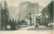 Hotel WILDSEE am Pragser See, Gemeinde Prags gegen Seekofel (2.810m). Lichtdruck 9x14cm; Würthle & Sohn, Salzburg um 1900.  Inv.-Nr. vu914ld00149