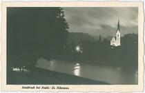 St. Nikolaus bei Nacht vom orographisch rechten Innufer aus. Gelatinesilberabzug 9 x 14 cm; Impressum: P(aul). Karberger, Pechestr. 1, Innsbruck-Wilten um 1930.  Inv.-Nr. vu914gs00575