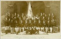 Mannschaftsaufstellung der Freiwilligen Feuerwehr Hötting - 1938 nach Innsbruck eingemeindet worden - vor der Pfarrkirche Hll. Ingenuin & Albuin anlässlich der Fahnenweihe im Jahr 1927. Gelatinesilberabzug 9 x 14 cm ohne Impressum.  Inv.-Nr. Vu914gs01159