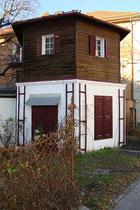 Zweigeschoßiges geschlossenes Salettl (Gartenpavillon) mit hexagonalem Grundriss im Areal des Wohnhauses Templstraße 24 in Wilten, Stadtgemeinde Innsbruck. Digitalphoto; © Johann G. Mairhofer 2014.  Inv.-Nr. 2DSC01826