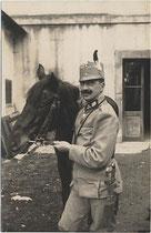 """""""Stabsführer im k.k. Landsturmbataillon Nr. 164 dzt. Riva a(m)./G(ardasee)."""" (rückseitig handschriftlich bez. und gestempelt) mit Dienstpferd. Impressum: C(arlo). Mayer, Riva um 1915. Gelatinesilberabzug 9 x 14 cm. Inv.-Nr.  vu914gs00605"""