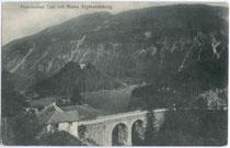 """Steinbogenbrücke der Fernpassstraße über den Fernsteinsee und Gasthof """"Schloss Fernsteinsee"""" gegen Ruine Sigmundsburg auf der Insel. Lichtdruck 9 x 14 cm; Impressum: Josef Sonnweber, Imst 1906.  Inv.-Nr. vu914ld00162"""