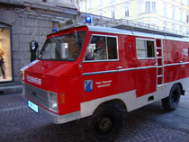 KLF (Kleinlöschfahrzeug) Land Rover, Typ Forward Control der Freiwilligen Feuerwehr Umhausen, Bezirk Imst, Tirol beim Innsbrucker Feuerwehrcorso. Digitalphoto; © Johann G. Mairhofer 2012. Inv.-Nr. 1DSC05341
