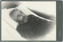 Aufbahrung eines österreichischen Armeeoffiziers. Gelatinesilberabzug 10,8 x 16,6 cm (Cabinet-Format); Impressum: Josef March, Brixen am Eisack um 1900.  Inv.-Nr. vuCAB-00015