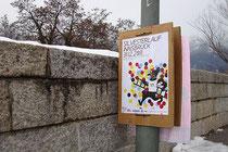 Ankündigungsplakat für den Innsbrucker Silvesterlauf 2011 an der Sillpromenade am Westende der Kärntner Straße in Pradl, Stadtgemeinde Innsbruck. Digitalpnoto; © Johann G. Mairhofer.  Inv.-Nr. 1DSC02548