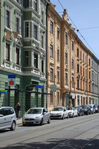 Östliche Häuserflanke der Claudiastraße im Innsbrucker Stadtteil Saggen, links das Haus Nr. 22 mit einer Filiale der Tiroler Sparkasse Bankaktiengesellschaft darin. Digitalphoto; © Johann G. Mairhofer 2014.  Inv.-Nr. 2DSC00006