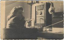 """""""Blitzmädchen"""" (offiziell Wehrmachthelferin) der Deutschen Wehrmacht. Gelatinesilberabzug 9 x 14 cm; rücks. handschriftl. """"Deutsche Wehrmacht / T.V. (Telefonvermittlung?) Etsch 1941"""" ohne Urhebernachweis.  Inv.-Nr. vu914gs00600"""