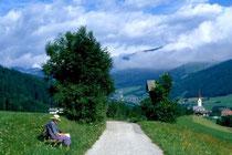 In der Länge gegen Ortszentrum von Niederolang. Farbdiapositiv 24x36mm; © Johann G. Mairhofer 1998.  Inv-Nr. dc135kn0239.02_19