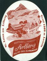 """Gasthof und Pension """"Arlberg"""" O. Ennemoser (heute als Hotelbetrieb von Burgi und Peter Ennemoser geführt) in St. Anton am Arlberg. Autotypie 13 x 18 cm oval (Kofferaufkleber) ohne Impressum um 1950.  Inv.-Nr. vu138at00001"""