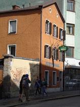 Bei Studenten beliebtes Café Bar FUZZY in Innsbruck, Innere Stadt, Universitätsstraße 19. Digitalphoto; © Johann G. Mairhofer 2012.  Inv.-Nr. 1DSC02792