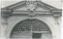 Portalaufsatz am Gebäude der Deutschordenskommende St. Georg in Weggenstein (heute Schülerheim Deutschhaus Marianum). Gelatinesilberabzug 9x14cm; Stockhammer, Hall in Tirol 1923.  Inv.-Nr. vu914gs00177.
