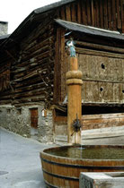 Johannesbrunnen im Dorfzentrum von Fiss im Oberen Gericht, Bezirk Landeck, Tirol. Farbdiapositiv 24 x 36 mm; © Johann G. Mairhofer 1989.