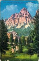 """Hotel """"Tre Croci"""" auf dem Passo Tre Croci in Cortina d'Ampezzo und Monte Cristallo in der Cristallogruppe der Dolomiten . Photochromdruck 9 x 14 cm; Impressum: Joh(ann). F(ilibert). Amonn, Bozen 1913.  Inv.-Nr. vu914pcd00281"""