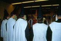 Anklöpfeln in Stans bei Schwaz im Advent 1990. Szene aus dem nur alle 10 Jahre stattfindenden Anklopfbrauch.  Inv.-Nr. dc135kd5009.03_25