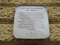 Tafel mit Hausgeschichte am Schul- und Gemeindehaus der ehemaligen Dorfgemeinde Wilten (1904 nach Innsbruck eingemeindet), heute Volksschule Alt-Wilten in der Leopoldstraße 15. Digitalphoto; © Johann G. Mairhofer 2012.  Inv.-Nr. DSC05074