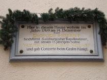 Gedenktafel an den Aufenthalt von Leopold und Wolfgang Amadeus Mozart im Gasthof WEISSES KREUZ in Innsbruck, Herzog-Friedrich-Str. 31 im Jahr 1769. Digitalphoto; © Johann G. Mairhofer 2010.  Inv.-Nr. 1DSC00075