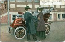 Ein Paar in Mänteln besteigt eine De Dion Bouton Voiturette 1902 in einer seltenen Version oder Sonderanfertigung als Vis-à-vis. Kombinationsfarbdruck 9 x 14 cm ohne Impressum wohl 1902.  Inv.-Nr. vu914kfd00042