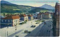 Gebäudekomplex vom 1. Hauptbahnhof (1858 – 1956) in Innsbruck am Bahnhofplatz (heute Südtiroler Platz) mit Straßenbahnhaltestelle. Photochromdruck 9 x 14 cm.; Impressum: Wilhelm Stempfle, Innsbruck um 1910.  Inv.-Nr. vu914pcd00101