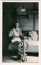 Verspinnen von Flachs- oder Schafwollfasern am Spinnrad in der Stube eines Bauernhauses. Gelatinesilberabzug 9 x 14 cm ohne Impressum um 1940 (wohl Amateuraufnahme). Inv.-Nr. vu914gs00698