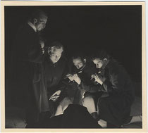 """Bozner Sternsinger 1933/34 - Schlaf wohl o Himmelsknabe du."" Gelatinesilberabzug 8,5 x 9,5 cm; ohne Impressum, Ausarbeitung: Foto Gostner, Bolzano. Inv.-Nr. vu912gs00006"
