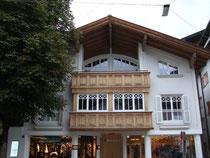 Fassade vom Herrenmodegeschäft von Helmut Eder in Kitzbühel, Sterzinger Platz 3. Digitalphoto; © Johann G. Mairhofer 2015.  Inv.-Nr. 2DSC03063