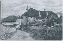Ansitz Außerhof in St. Michael, Gemeinde Eppan um 1905.  Platinotypie 9 x 14 cm; Impressum unleserlich.  Inv.-Nr. vu914pt00001