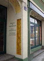 Jugendstildekor in der Bogenwange des Portals am Haus Unterer Stadtplatz 2 (Souvenirgeschäft von Karina Döring) in Kufstein. Digitalphoto; © Johann G. Mairhofer 2013.  Inv.-Nr. DSC05898