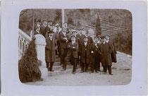 Couleurbummel von Altherren diverser Korporationen auf dem Weg zum Sonnenburgerhof in Innsbruck, Privataufnahme wohl eines Amateurphotographen. Gelatinesilberabzug 9 x 14 cm, postalisch befördert 1908.  Inv.-Nr. vu914gs00042