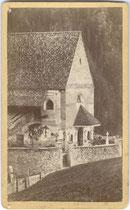 Pfarrkirche St. Pankratius mit Kirchhof von St. Pankraz in Ulten im Burggrafenamt, Südtirol; Detailaufnahme von Nordwesten. Impressum: Josef Holzner, Meran um 1870.  Inv.-Nr. vuVIS-00224