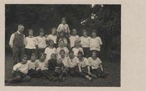 """""""1. Mai 1924 am Rechenhof, mit Frau Ott und Dr. Kunst ... Heil!"""" (handschr. bez.) - Turnerinnen auf Maiausflug. Gelatinesilberabzug 9x14cm; Anonymus/-a:  Inv.-Nr. vu914gs00208"""