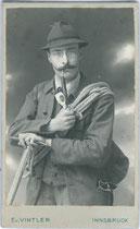 Junger Herr mit Bergseil und Eispickel im Photoatelier. Gelatinesilberabzug 10,5 x 6,5 cm (Visit-Format). Impressum: E(?). v(on). Vintler, Bürgerstraße 13, Innsbruck um 1900.  Inv.-Nr. vuVIS-00073