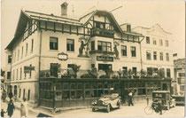 """Gasthof """"zum Bären"""" in St. Johann in Tirol, Bezirk Kitzbühel, Tirol; am Vorplatz ein Automobil der Marke Chrysler, Baujahr 1930. Gelatinesilberabzug 9 x 14 cm ohne Impressum.  Inv.-Nr. vu914gs01109"""