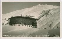 """Hotel """"Hochfirst"""", erbaut 1934 nach Plänen von Arch. Franz Baumann in Obergurgl, Gemeinde Sölden. Gelatinesilberabzug 9 x 14 cm; Impressum: Much Heiss Alpiner Kunstverlag, Innsbruck wohl 1934.  Inv.-Nr. vu914gs00255"""