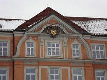Giebel vom Mittelrisalit vom Akademischen Gymnasium in Innsbruck, Angerzellgasse 14 (errichtet 1909/10). Digitalphoto, © Johann G. Mairhofer 2012.  Inv.-Nr. 1DSC02545