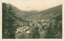 St. Ulrich in Gröden von Osten. Gelatinesilberabzug 9 x 14 cm; Impressum: Ed. L. Morpurgo, Roma; postalisch gelaufen 1924.  Inv.-Nr. vu914gs00719