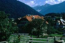 Gasthof Steurer und im Bildhintergrund die Villa Gatterer in Niederolang. Farbdiapositiv 24x36mm; © Johann G. Mairhofer 1998.  Inv-Nr. dc135kn0239.02_09