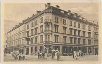 Hotel MAYERHOFFER UND AKADEMIKERHAUS -Café Restaurant (heute: Zentrale der TIROLER VERSICHERUNG), Karlstraße 10 (heute: Wilhelm-Greil-Straße), Innsbruck.  Rakeltiefdruck ca. 9 x 14 cm; Impressum: Fritz Gratl, Innsbruck um 1914.  Inv.-Nr. vu914hg00002
