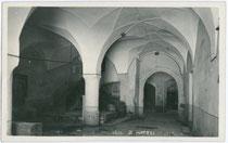 """Halle im Gasthof """"zur Uhr"""" (Ansitz Ballenhaus) in Matrei am Brenner. Gelatinesilberabzug 9x14cm; A(lfred). Stockhammer, Hall in Tirol; postalisch gelaufen 1929.  Inv.-Nr. vu914gs00365"""