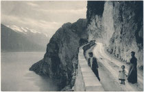 Dame - wohl Gattin des Photographen - mit Kind und Gouvernante bei einem Halt im Rahmen eines Ausflugs auf der Ponalestraße in Riva am Gardasee. Lichtdruck 9 x 14 cm ohne Impressum, um 1900.  Inv.-Nr. vu914ld00309